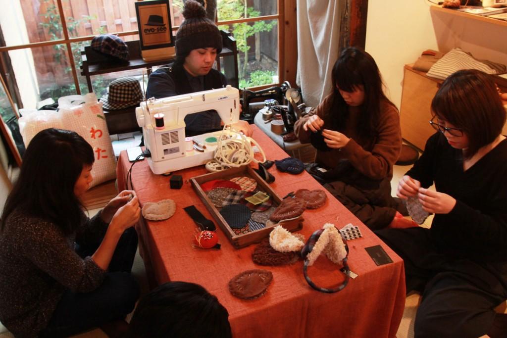 Dongreeのお座敷で、カスタムメイドの帽子屋[evo-see]さんによる、 [イヤーマフラー作り]のワークショップ